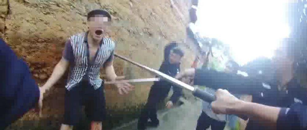 桂林:嫌犯挥舞凶器疯狂拒捕 危急时刻民警果断开枪