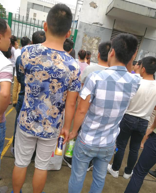实拍:深圳富士康招工现场,不少90后的学生从各地赶到这里求职