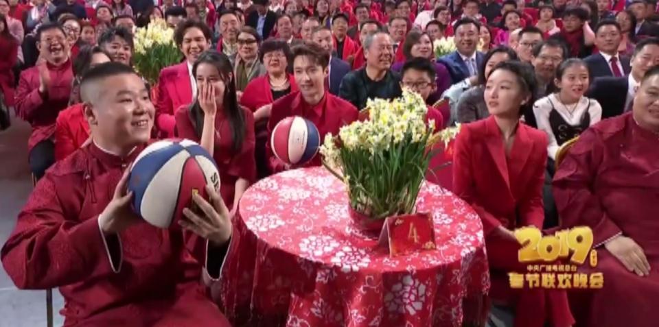 春晚李易峰扔球给岳云鹏,小岳岳表情太萌了,网友:接到了绣球?