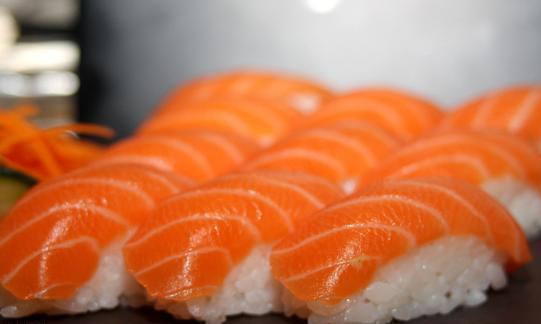 日本人爱吃生鱼片,我爱竟然被吃掉!咖啡三文鱼脑子袋装喝咖啡能v我爱图片