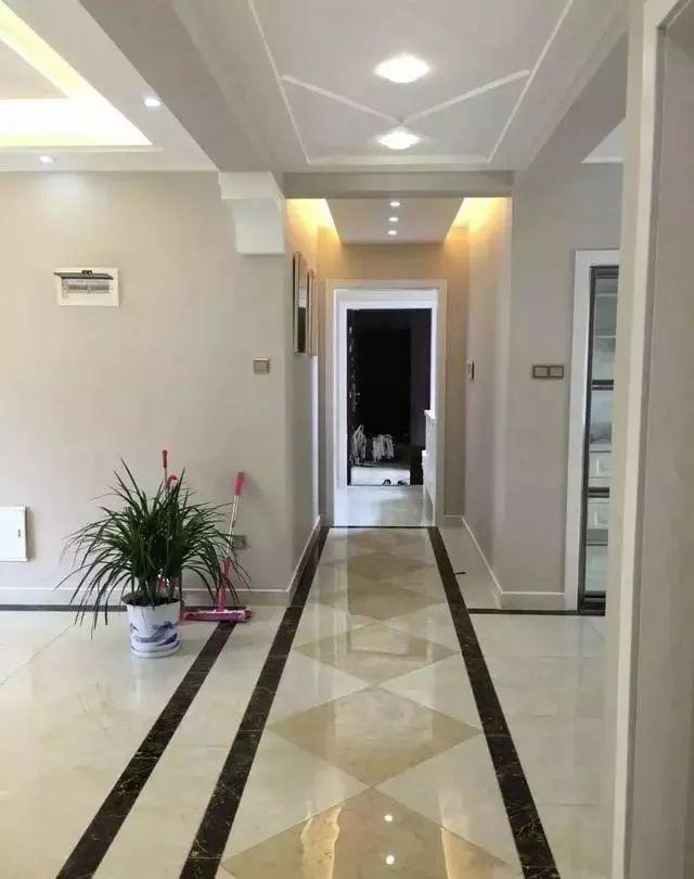 走廊,不仅做了波导线装饰,看起来很有纵深感,而且瓷砖效果也非常不耐