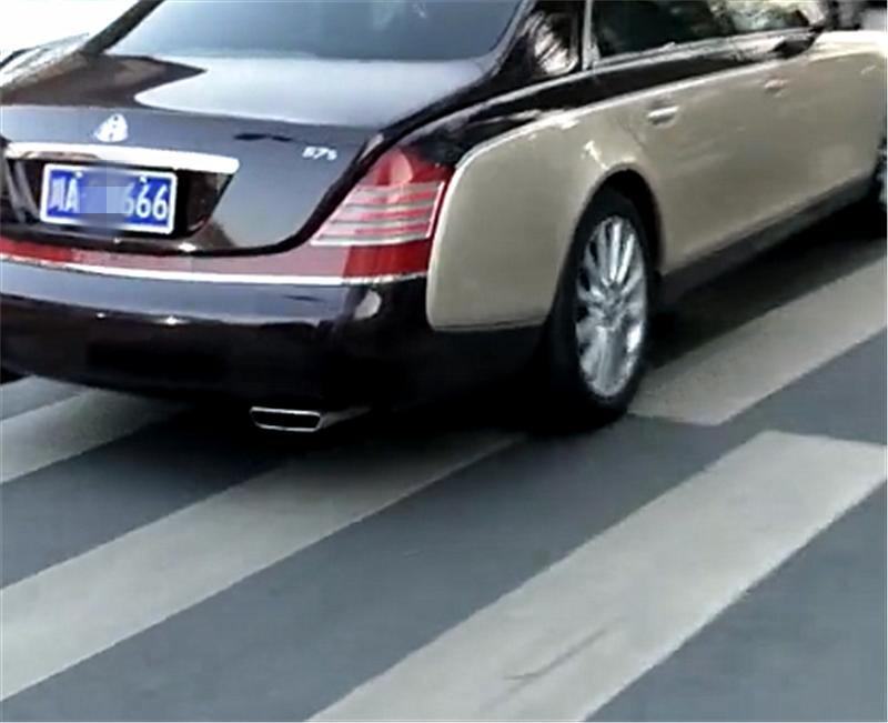 750万迈巴赫转弯进入主干道,保时捷直行,却停车避让转弯车!