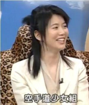 早年上综艺节目的安以轩眼睛好小,而张惠妹是颜值巅峰没错了!