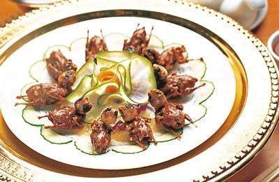 酥炸禾花雀,色泽棕红,配以柠檬独特的清香,骨酥肉嫩,香味浓郁