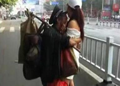 流浪汉与美女街头一见钟情竟干这事