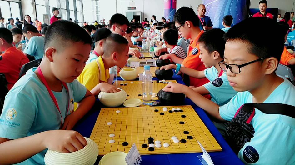 视频-青少年万人赛总决赛 小朋友们认真对弈