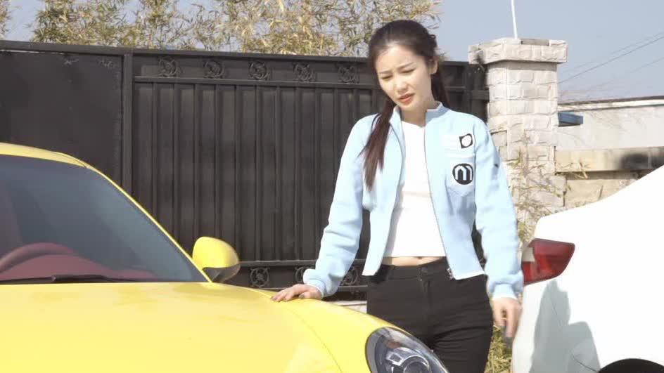 碰瓷碰到美女头上,让你见识一下什么叫女司机!