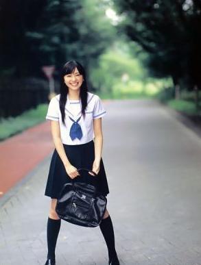 高中女生脱图片校服短发_女生把裙子裤子全胱一件不留衣服美女视频绘画图片