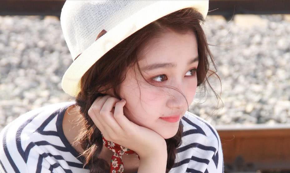 韩国街头偶遇鹿晗,一脸小胡渣,看到身旁的人粉