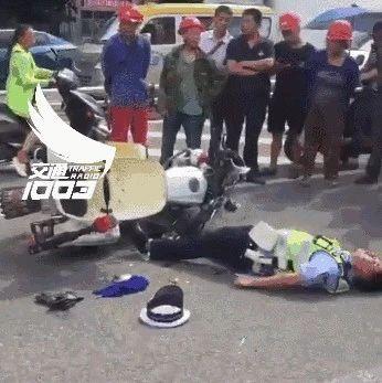 辟谣!网传南宁交警嘴流鲜血摩托车倒地 事发四川