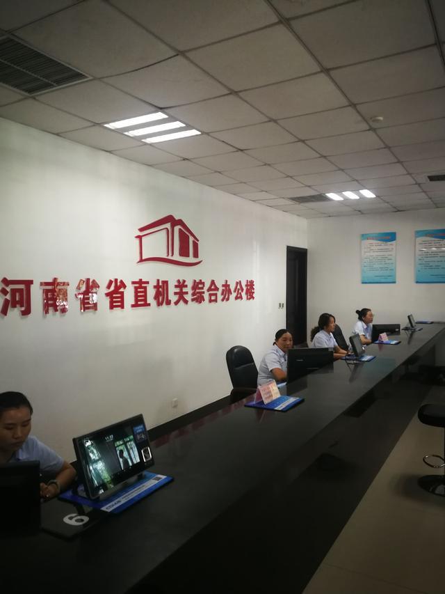 (上图为省直机关综合办公楼登记室,群众可与工作人员无障碍沟通)