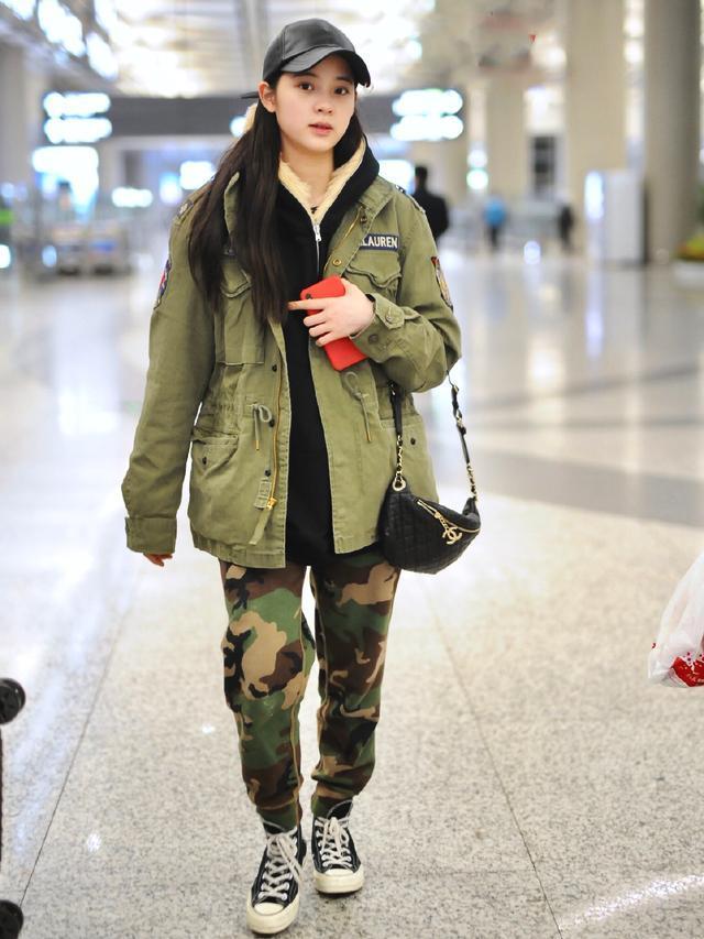 娱乐资讯_娱乐资讯:18岁欧阳娜娜真会穿,绿衣配迷彩裤