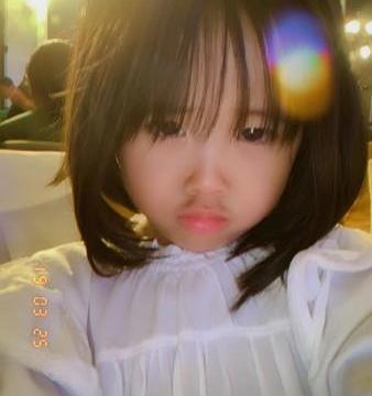 钟欣怡翻手机发现4岁女儿成熟自拍 嘟嘴可怜表情什么意思