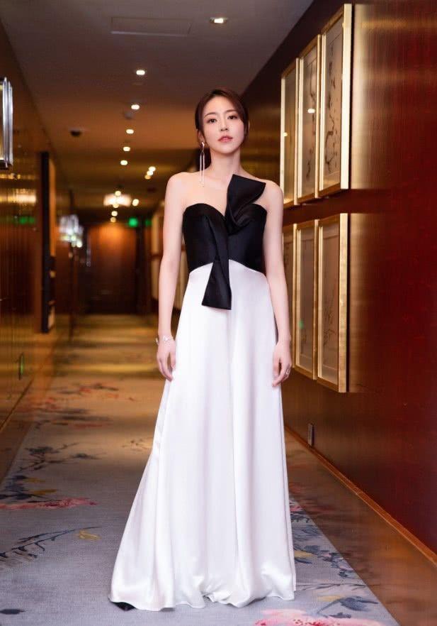 黄梦莹穿白色连衣裙,一展温柔恬静气息,多亏老板杨幂会教!