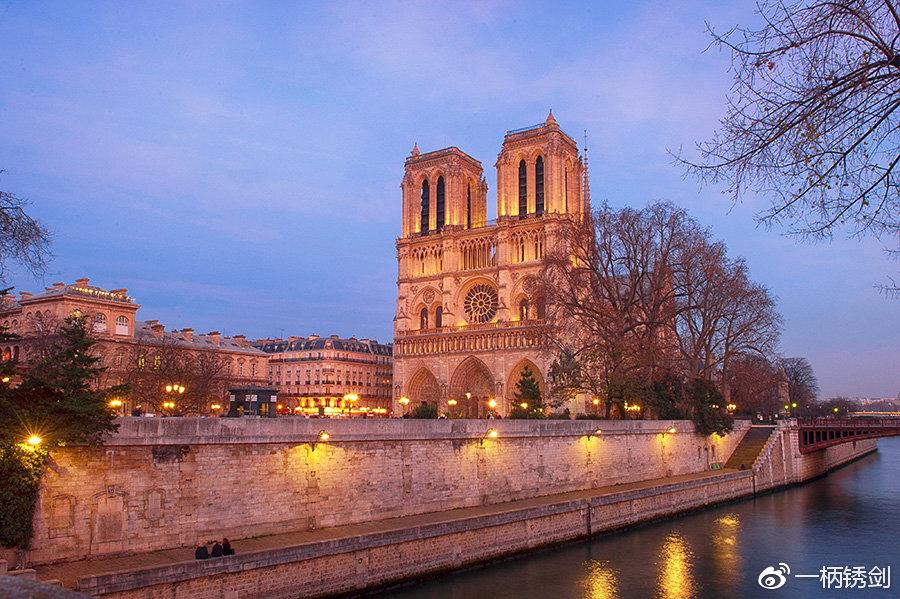 哥特式教堂的鼻祖在巴黎,每年上千万的人去朝拜,此生必去的地儿