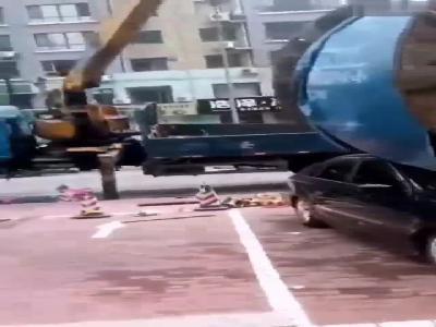 辽宁鞍山街头起重机吊起线缆作业失误 大众车无辜躺枪被砸