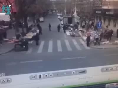 监控曝光!摩托车猛撞出租 后座女孩被弹飞当场死亡