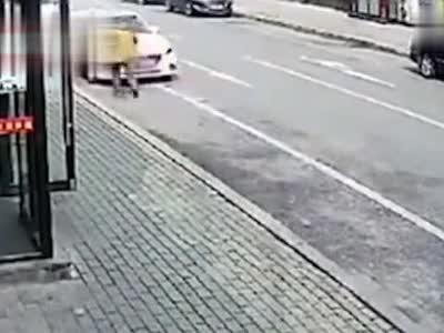 大爷上演百?#22766;?#21050;碰瓷 女司机被吓懵:眼看他冲过来