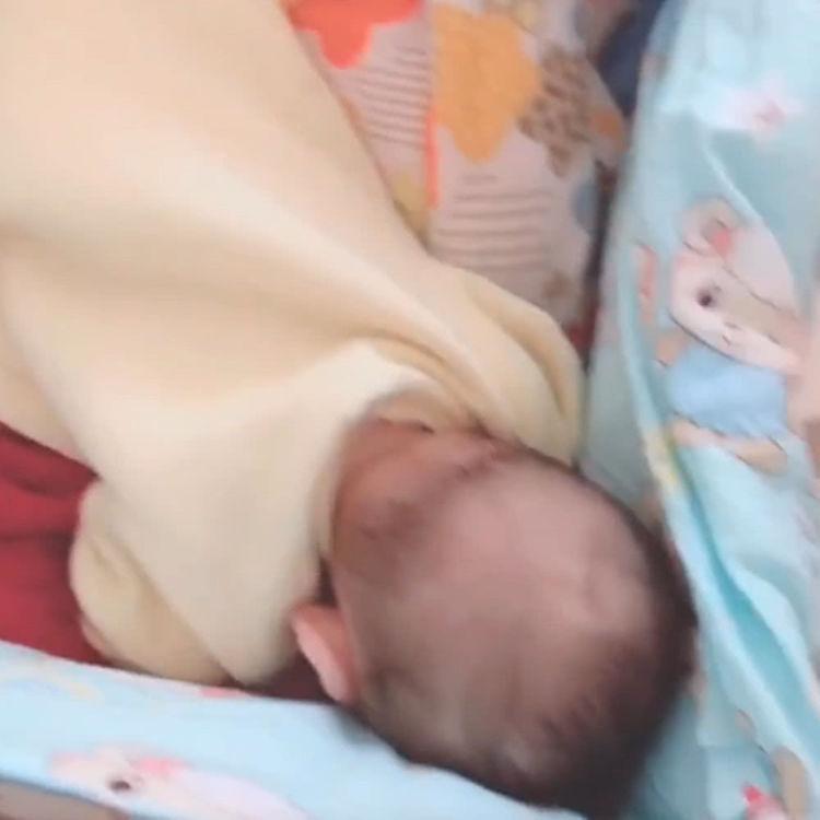 怎样让婴儿趴着图解