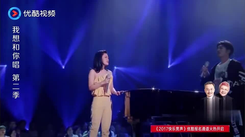 袁娅维与男粉丝同台演唱,歌声柔美动听,观众们都陶醉不已