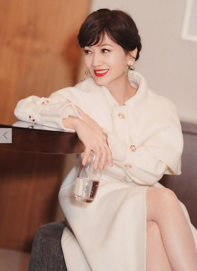 64岁赵雅芝拍写真似少女,白衣红唇造型经典