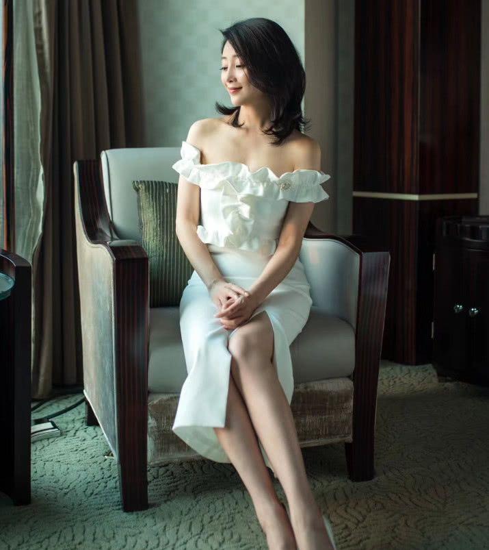 殷桃穿白裙,38岁仍美成初恋,难怪在剧中黄晓明对她一见钟情!刘涛主演的电视剧铁在烧图片