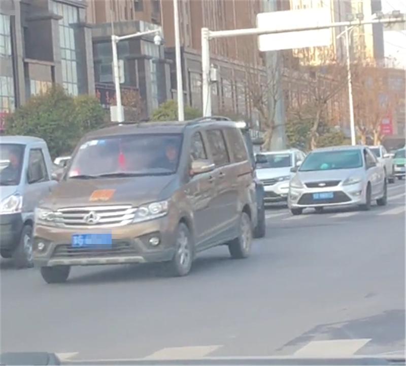 豪车得远离!215万奔驰G63变道不打灯,导致后方车直接降速