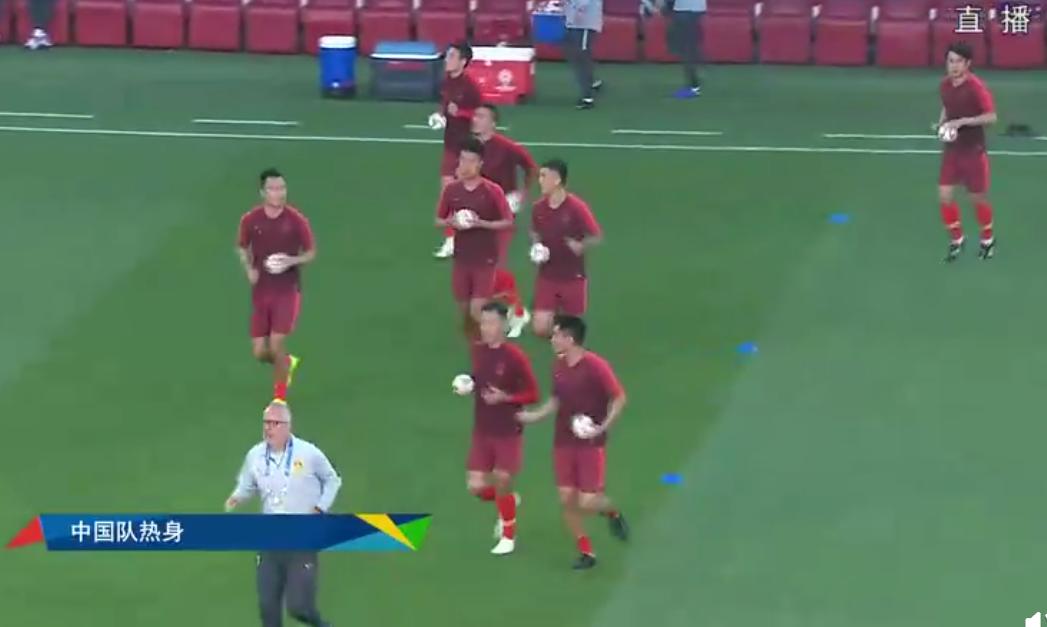 中菲之战国足现暖心一幕 国脚赛前为现场球迷送足球