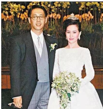 她是赌王最宠爱的女儿,因李嘉欣介入离婚如今56岁仍单身