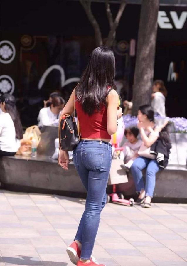 街拍:小姐姐背心与牛仔裤搭配的露脐装,演绎与众不同的风采
