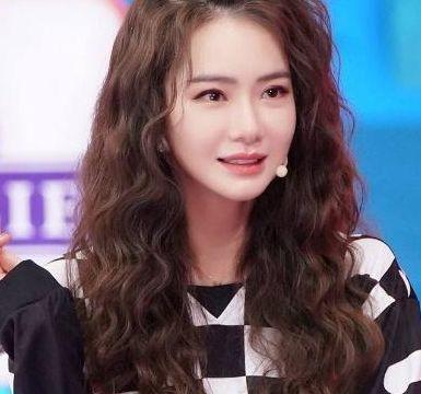 刘亦菲都换新发型了,仙女羊毛卷,将辛芷蕾短发直接秒得渣都不剩图片