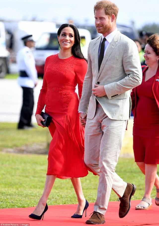 梅根穿红裙本想妩媚却出糗,吊牌没拆随风飘荡抢风头,要再回收?