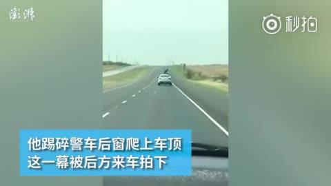 视频:神操作!美国囚犯爬警车车顶欲逃跑