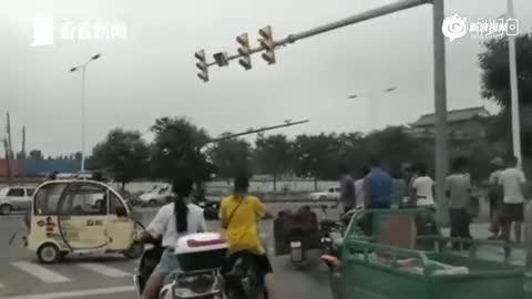 男子与老婆争执后驾车疯狂漂移 追撞小舅子后逃跑