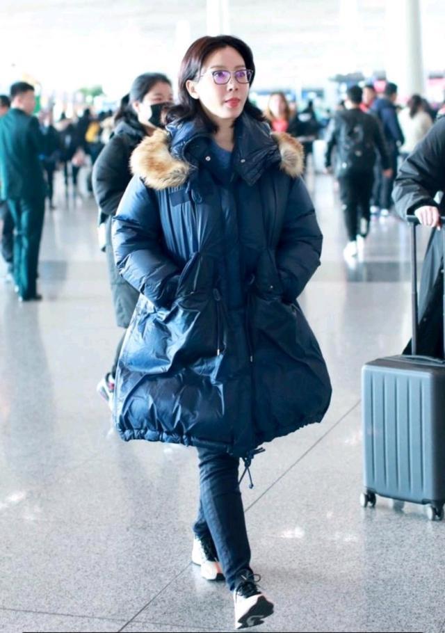 41岁陈数妆容精致现身机场,看起来知性又优雅,力破整容谣言!
