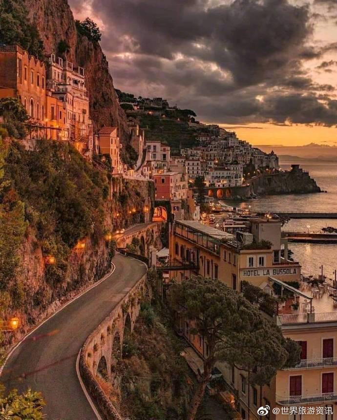 意大利阿马尔菲海岸,一幅温暖的油画