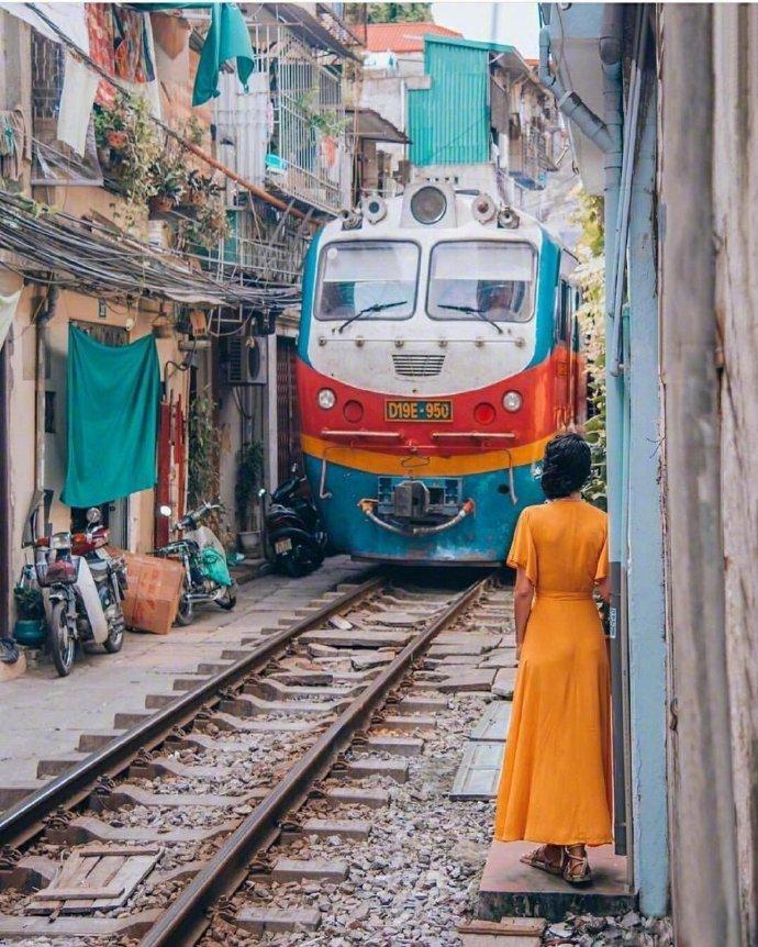 越南河内火车街,火车近距离在居民区穿越而过。