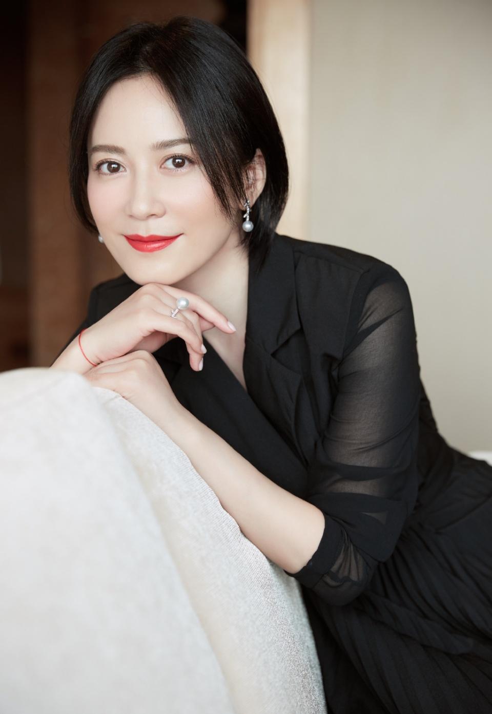 48岁俞飞鸿换新发型,锁骨发搭配黑色look连衣裙,居然意外时尚图片