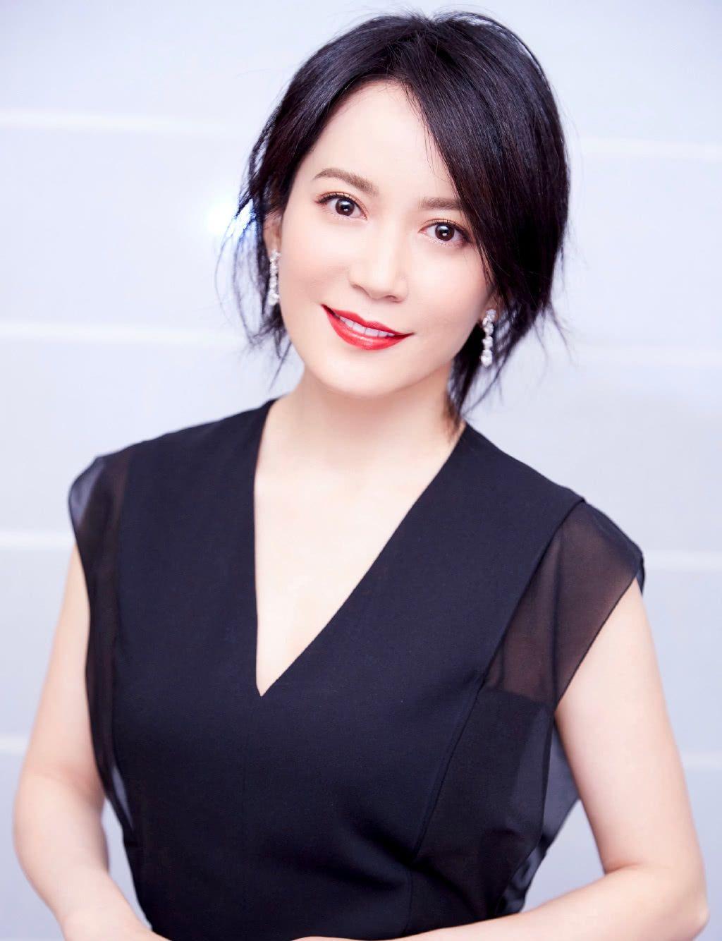 48岁俞飞鸿换新发型,锁骨发搭配黑色连衣裙,居然意外时尚图片