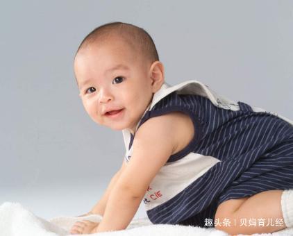 """宝宝背后塞毛巾,啥操作?很多人看不懂带娃习惯之""""隔汗巾""""!"""