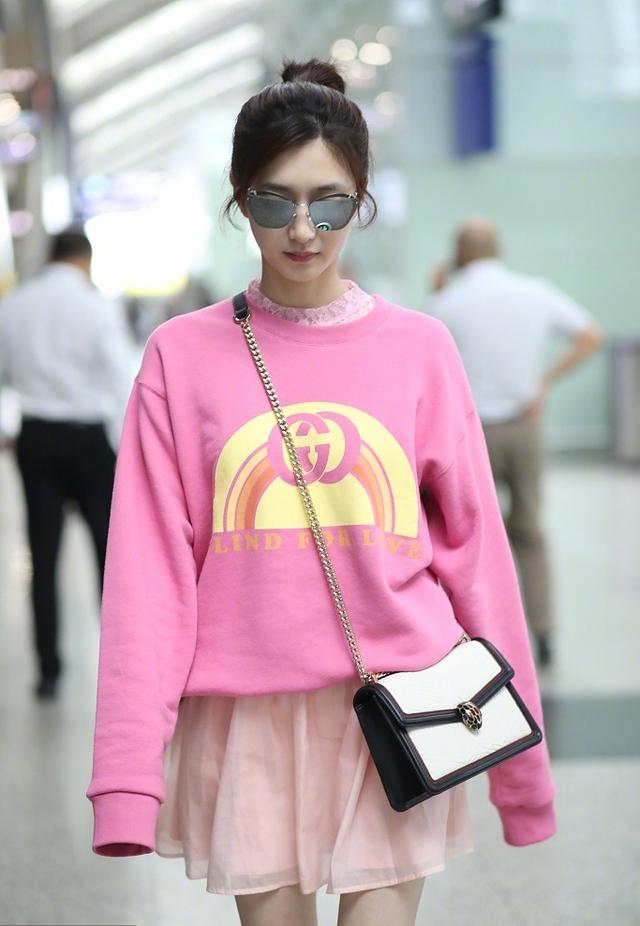 粉红色大衣如何搭配_粉色衣服如何搭配?看钟楚曦,江疏影这样穿,甜美减龄又