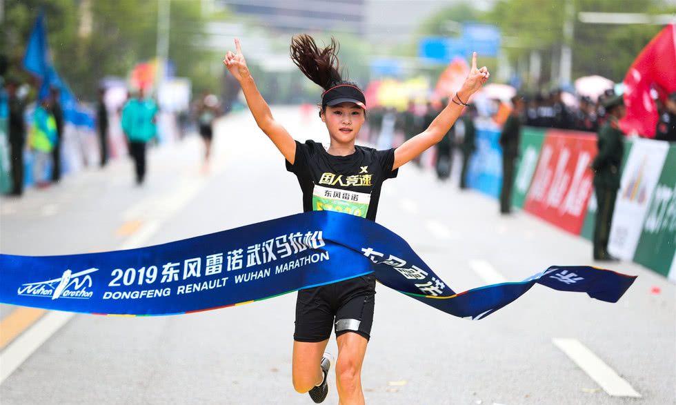 武汉马拉松万人同跑场面壮观 快递员推脑瘫儿子参赛感动赛道图片