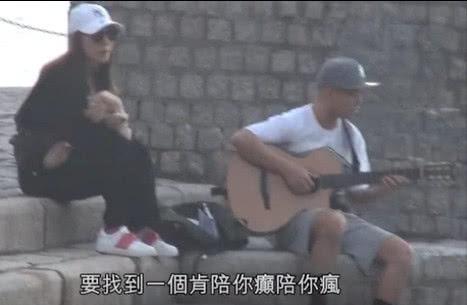 侧田女友坐海边陪侧田练吉他,中午弹到天黑