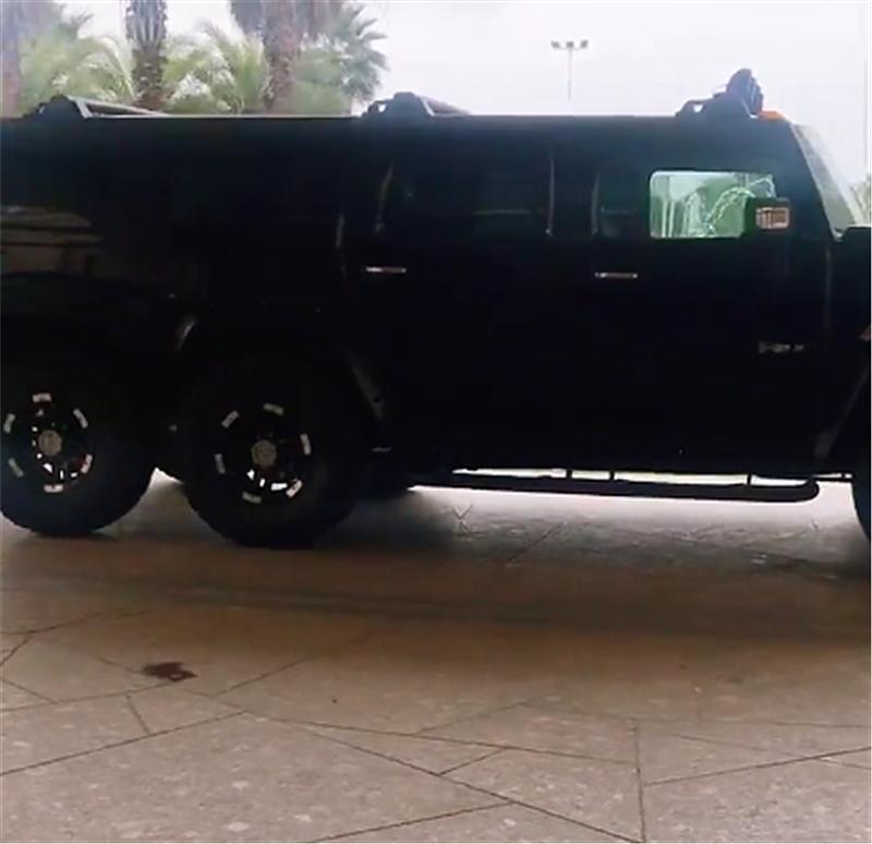 6轮悍马H2现酒店门口,长6.9米车价280万,过弯要技术!