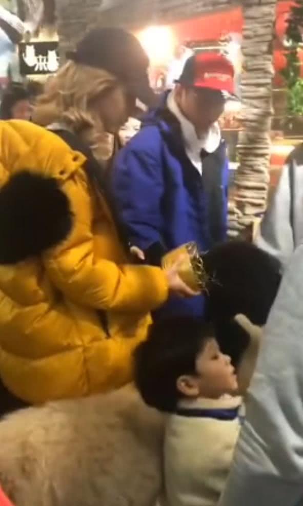 续甜蜜捏脸后,王思聪和李易峰再次同框,被网友偶遇一同逛街