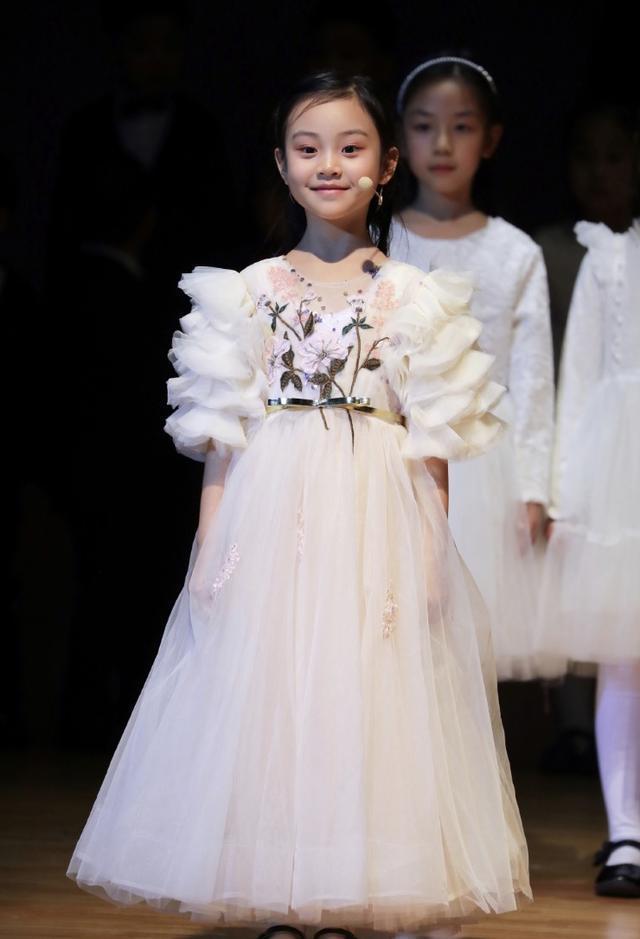 李小璐陪女儿演出,甜馨穿公主裙淡定领唱,五官越来越像贾乃亮