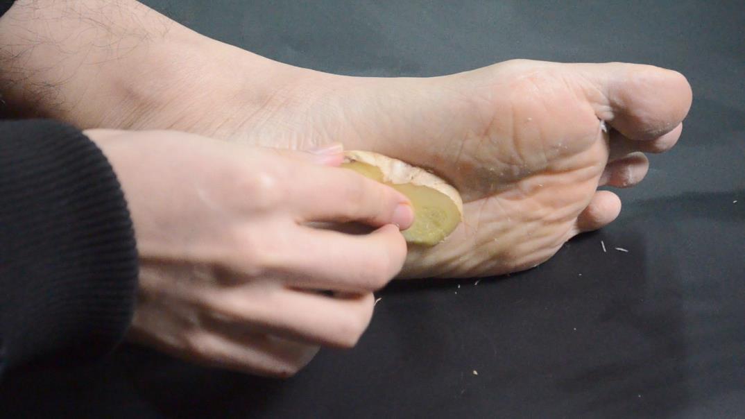 生姜抹在脚上太a生姜了,我也是刚知道,看完抓紧告诉家里人还不迟梦见被帝王蟹夹手图片