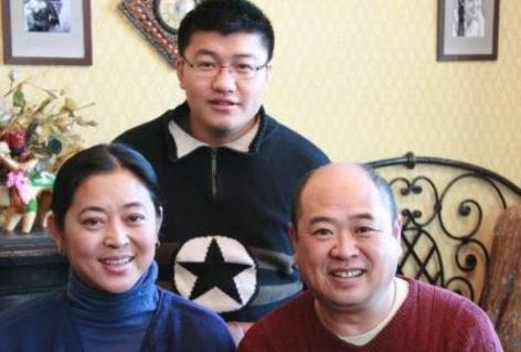 60岁倪萍全家近照,导演丈夫待她儿子如亲生,五段感情终获幸福
