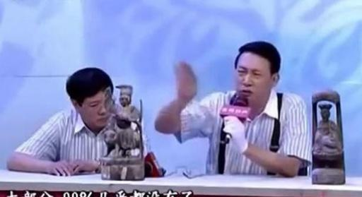 """夫妻带祖宗传下来的""""雕像""""鉴宝,专家看后双手颤抖里面有信!"""