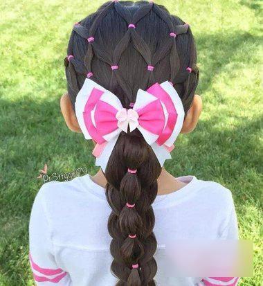 分了两个层次的小女孩发型,将边缘的头发先编了辫子之后,后边的头发